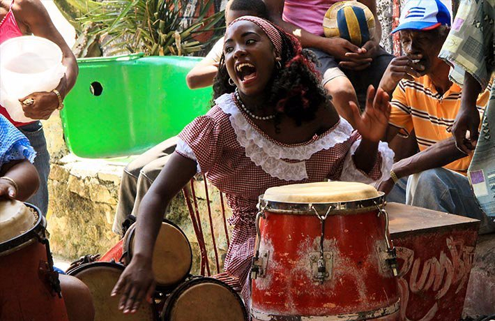 woman playing drums, Hamel alley in center havana© Cuba Absolutely, 2014