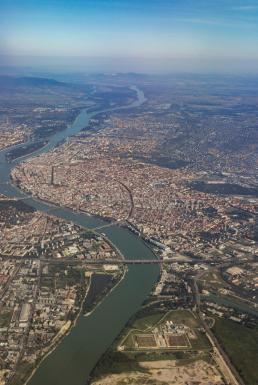 vista-aérea-de-danubio-que-cruza-budapest-64626345
